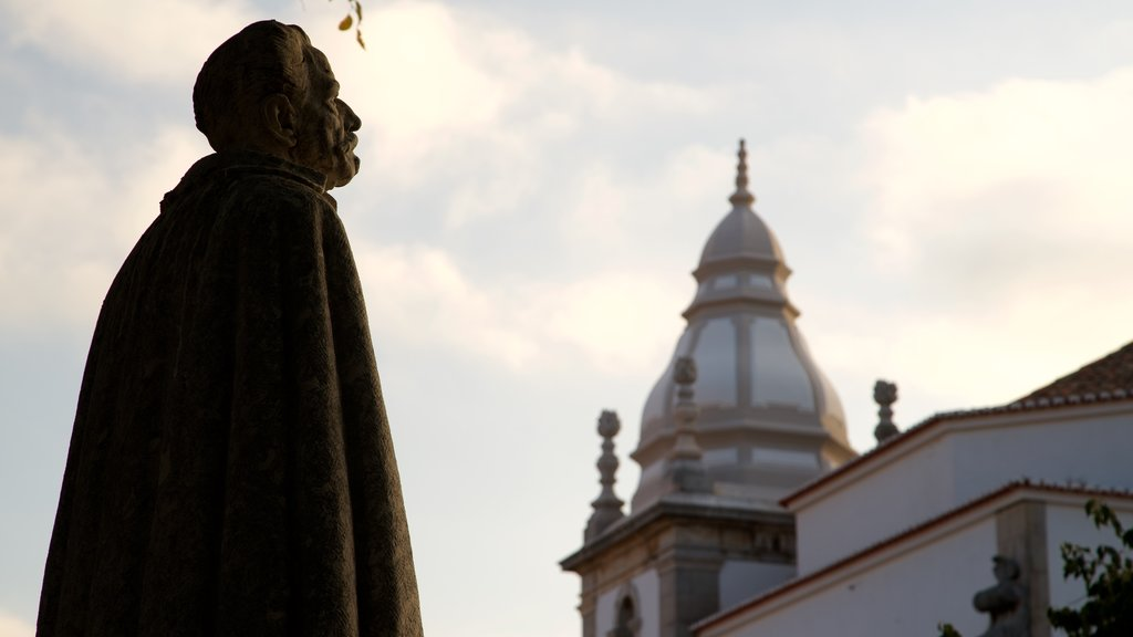 Cascais which includes a statue or sculpture