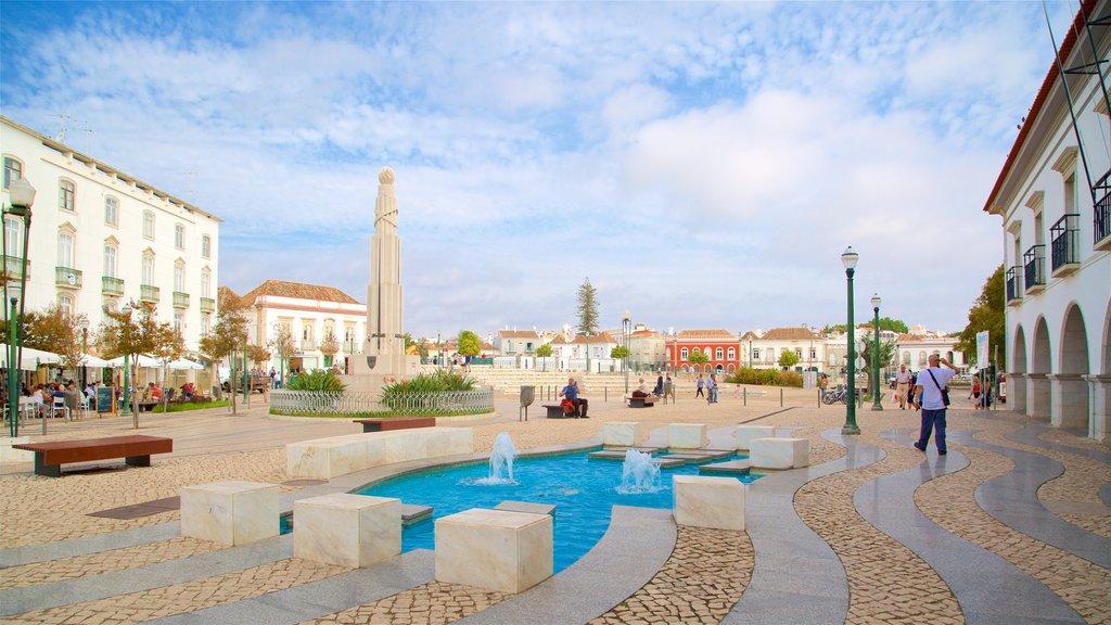 Praca da Republica featuring a square or plaza and a fountain