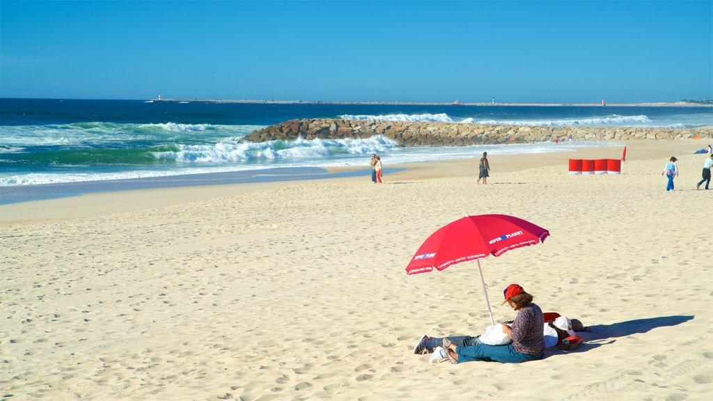 Praia da Costa Nova caracterizando paisagens litorâneas e uma praia assim como um casal