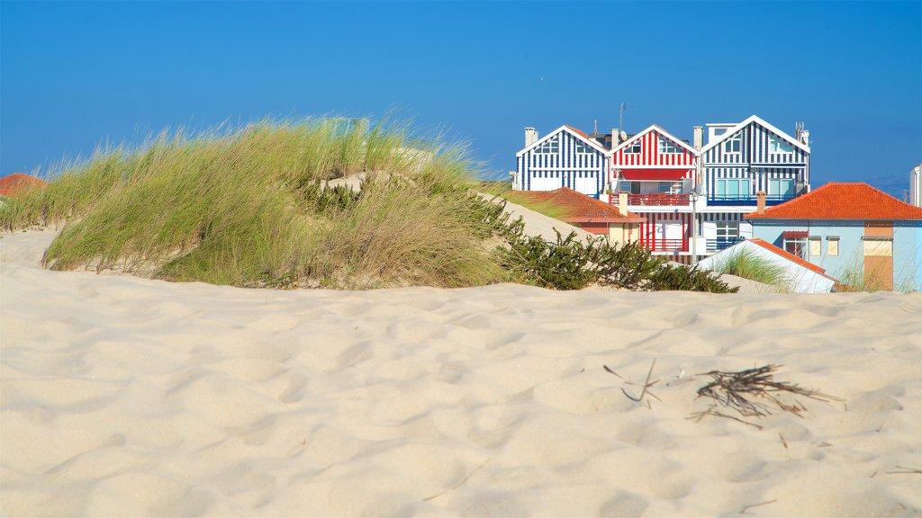 Praia da Costa Nova caracterizando uma praia de areia