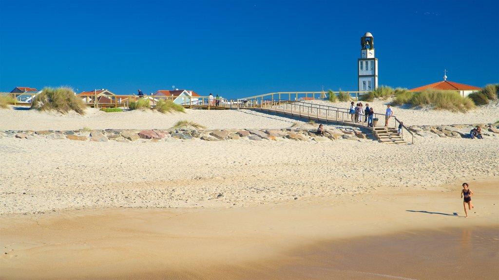Praia da Costa Nova mostrando uma praia e paisagens litorâneas assim como uma mulher sozinha