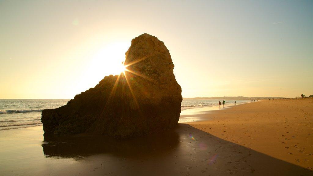 Playa Três Irmãos que incluye vistas generales de la costa, una puesta de sol y una playa