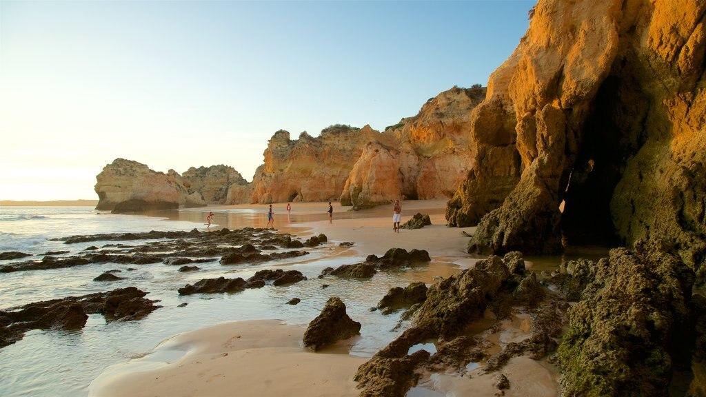Playa Três Irmãos ofreciendo una puesta de sol, vistas generales de la costa y una playa de arena