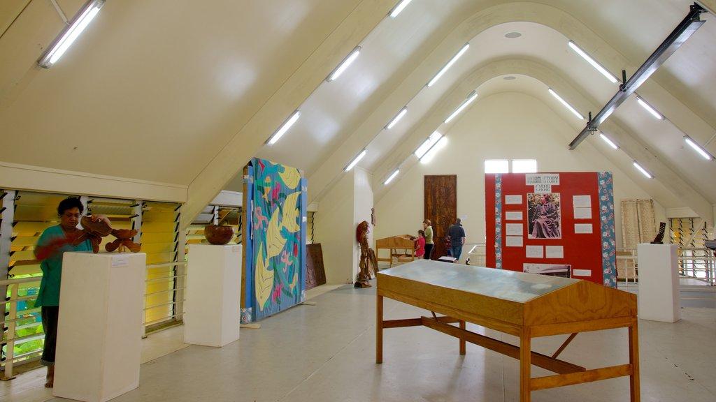 Rarotonga mostrando vistas interiores y también un pequeño grupo de personas