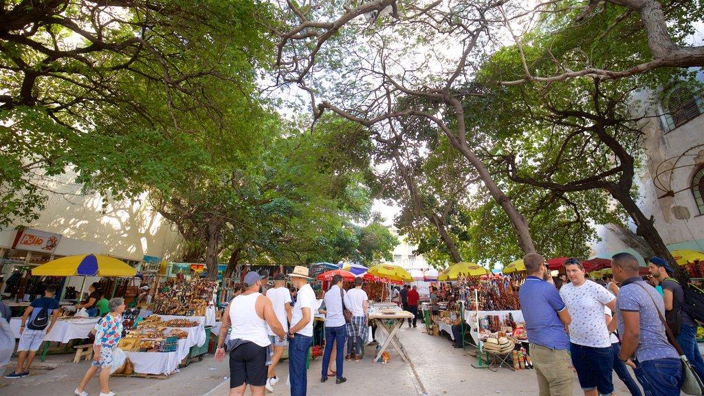 El Vedado que incluye mercados y también un pequeño grupo de personas