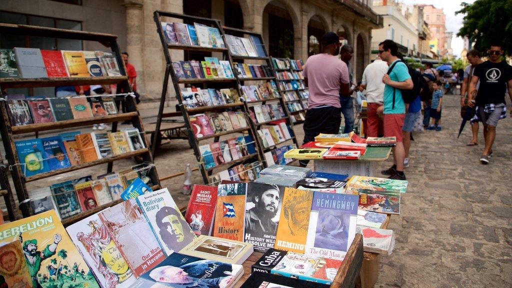 Plaza de Armas mostrando mercados y también un pequeño grupo de personas