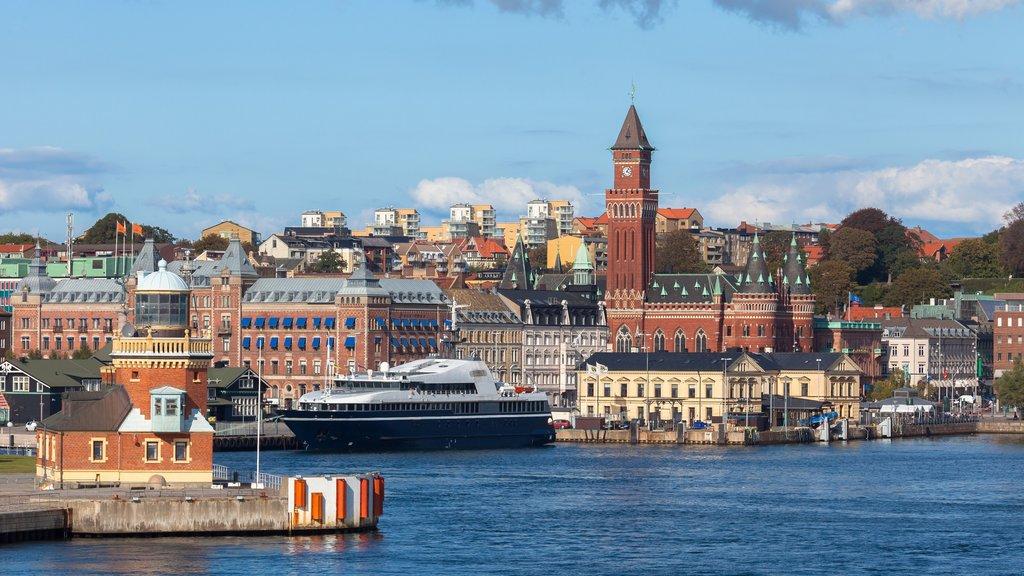 Helsingborg ofreciendo una ciudad, crucero y una bahía o puerto