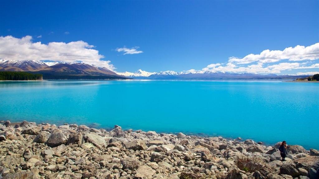 Lake Pukaki que incluye un lago o abrevadero y vistas de paisajes