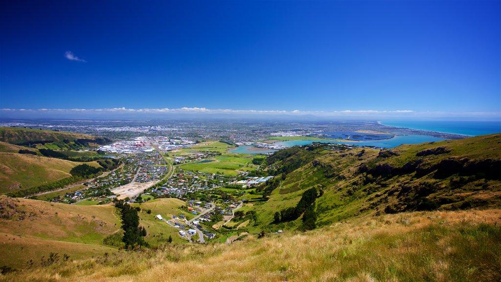 Mount Cavendish mostrando vistas de paisajes, una ciudad y escenas tranquilas