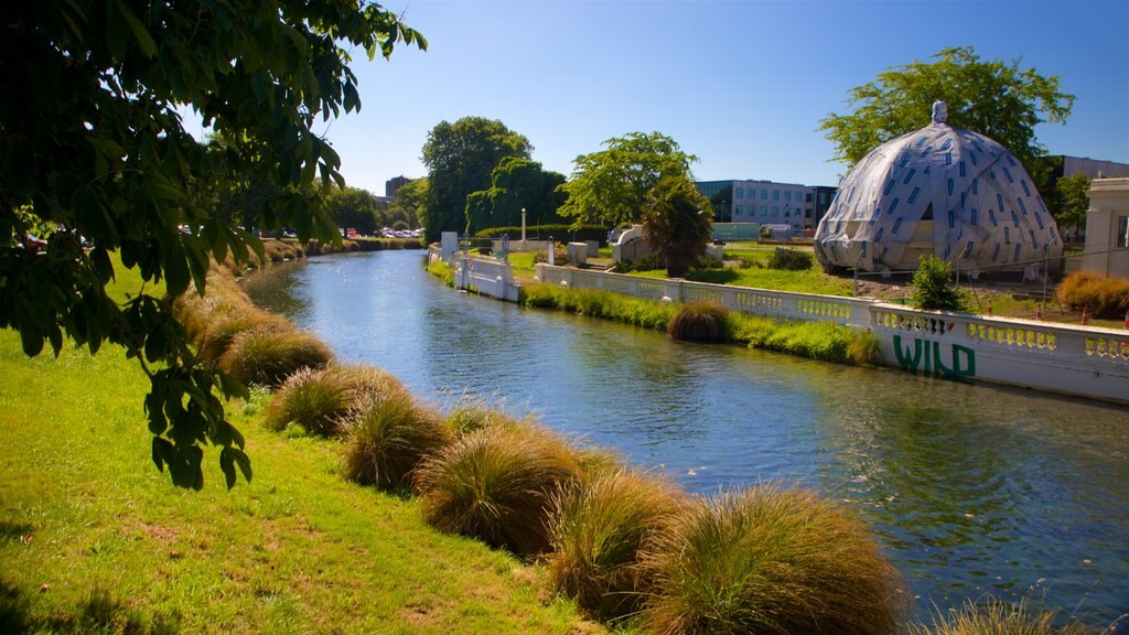 Christchurch que incluye un río o arroyo y arte al aire libre