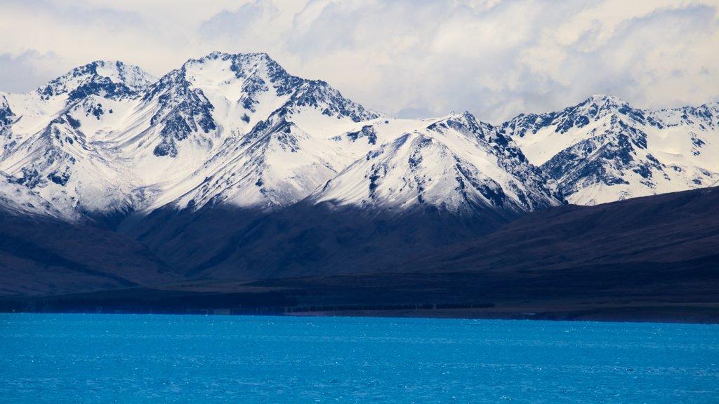 Lake Tekapo ofreciendo nieve, un lago o abrevadero y montañas