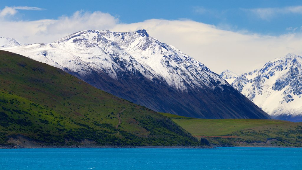 Lake Tekapo showing a lake or waterhole, mountains and snow