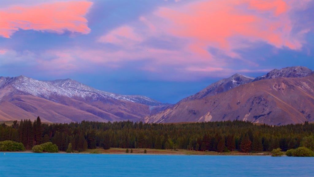 Lake Tekapo ofreciendo montañas, vistas de paisajes y un lago o abrevadero