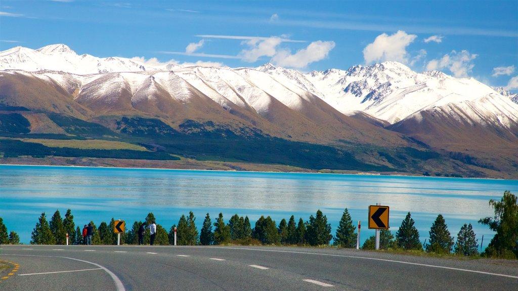 Lake Pukaki ofreciendo un lago o abrevadero, montañas y nieve