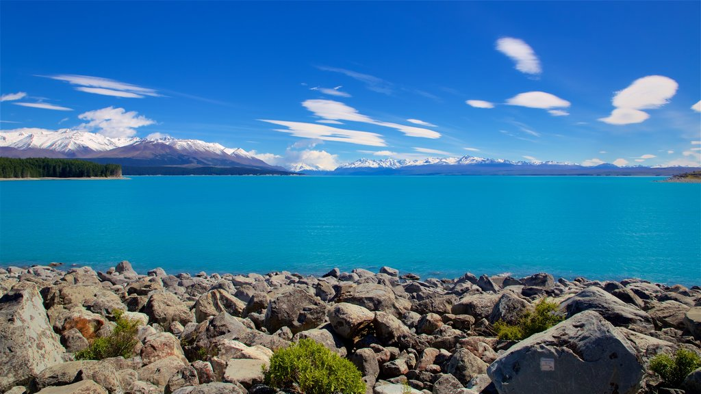 Lake Pukaki mostrando un lago o abrevadero