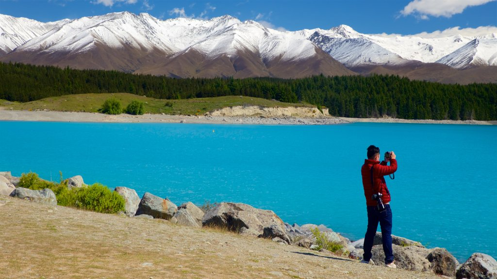 Lake Pukaki which includes mountains, snow and a lake or waterhole