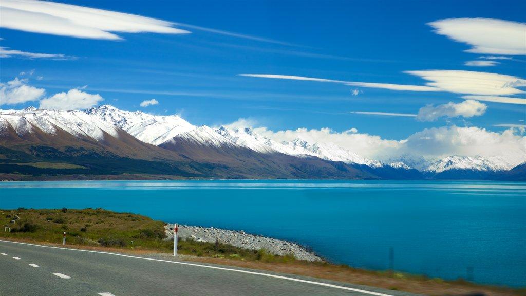 Lake Pukaki mostrando nieve, montañas y un lago o abrevadero