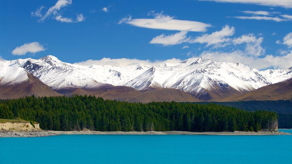 Lake Pukaki mostrando un lago o abrevadero, nieve y montañas