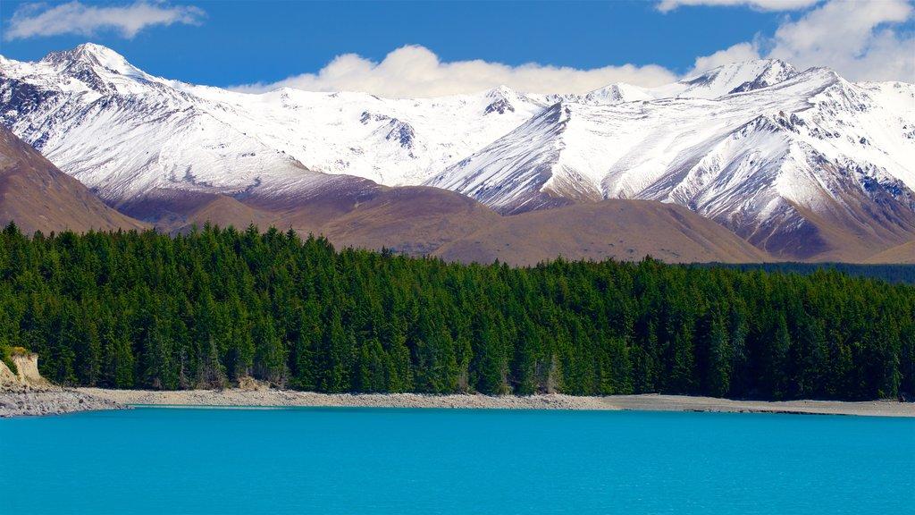 Lake Pukaki que incluye un lago o abrevadero, montañas y nieve