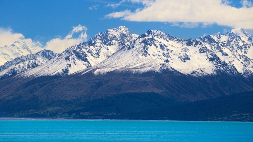 Lake Pukaki que incluye un lago o abrevadero, nieve y montañas