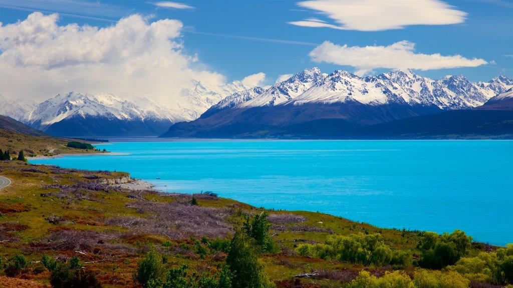 Lake Pukaki ofreciendo escenas tranquilas, montañas y nieve
