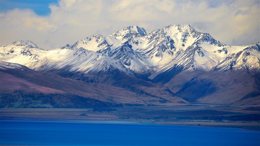 Observatorio de Mount John que incluye un lago o abrevadero, montañas y nieve