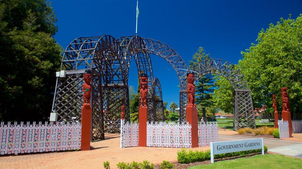 Government Gardens que incluye arte al aire libre, un parque y señalización