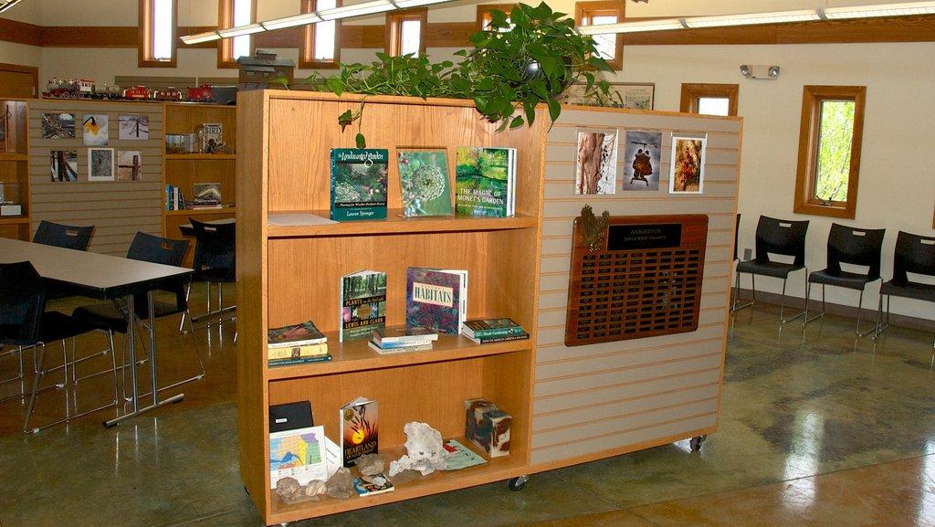 Overland Park Arboretum and Botanical Gardens ofreciendo vistas interiores