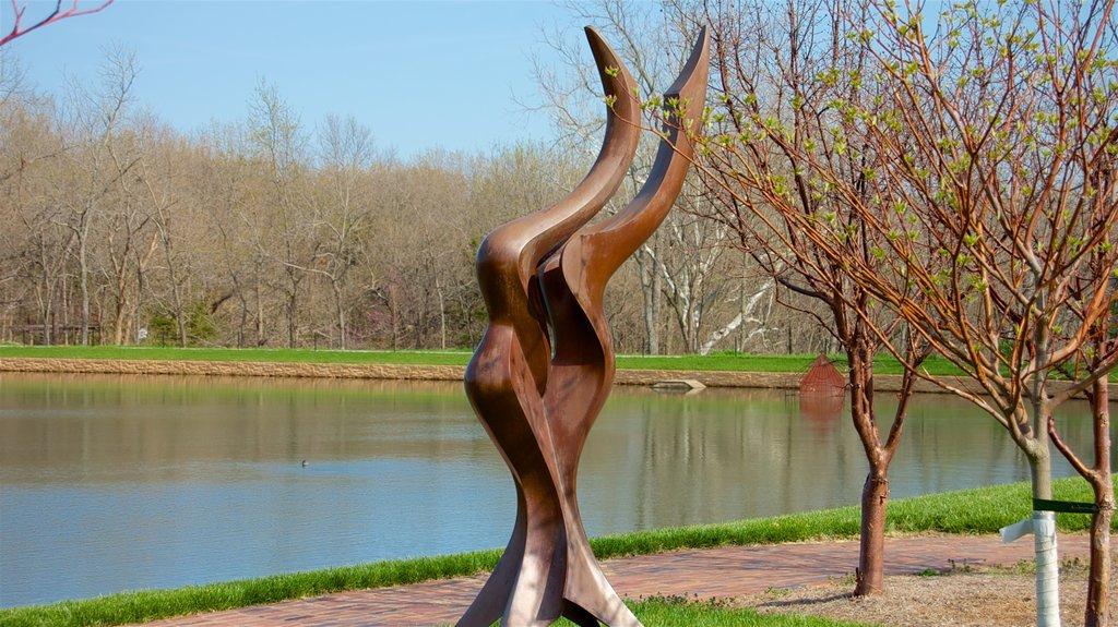 Overland Park Arboretum and Botanical Gardens ofreciendo un estanque y un jardín
