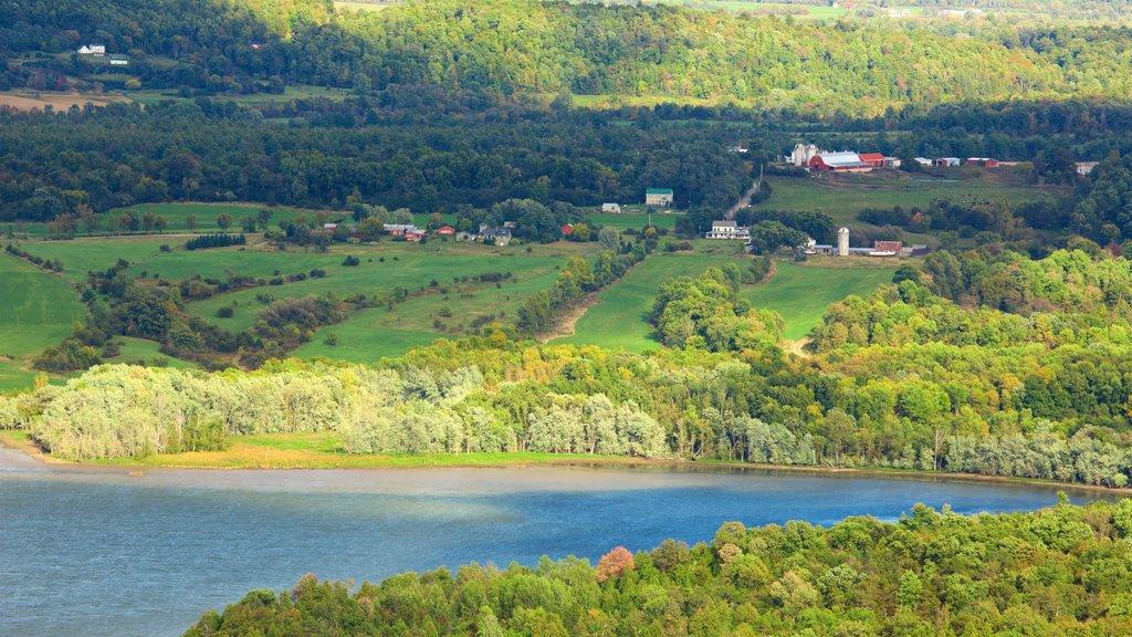 Fuerte Ticonderoga que incluye un lago o abrevadero, vistas de paisajes y escenas tranquilas