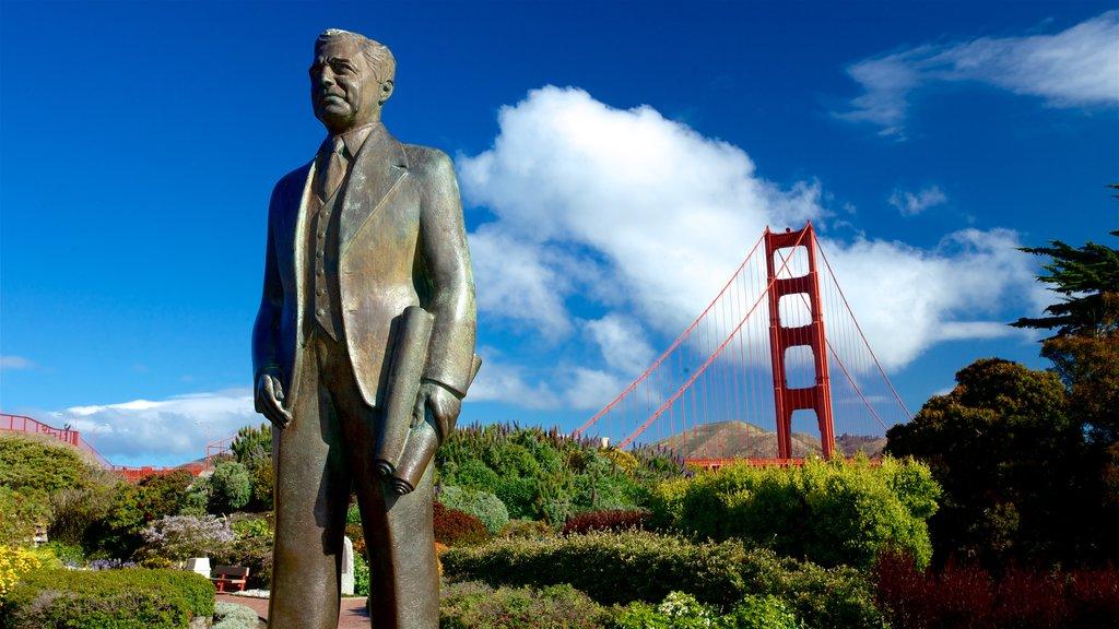 Golden Gate Bridge caracterizando um jardim, uma estátua ou escultura e uma ponte