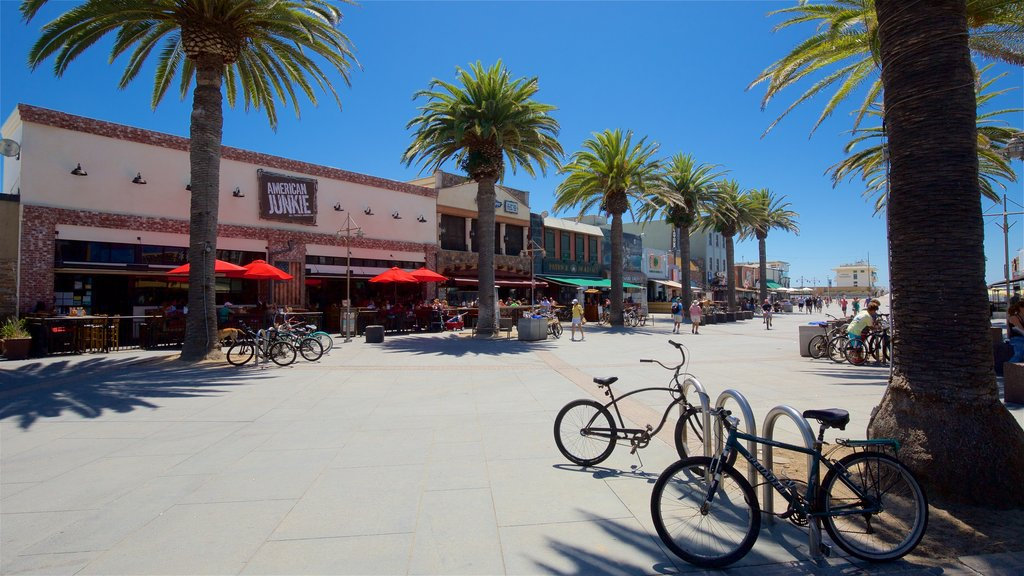 Hermosa Beach showing a square or plaza