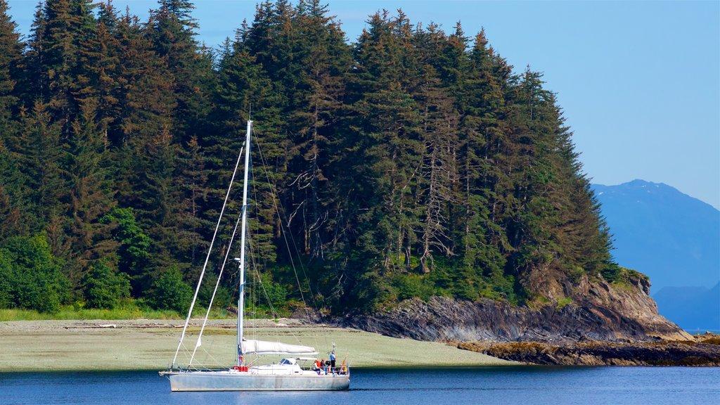 Juneau que incluye paseos en lancha, escenas forestales y una bahía o puerto