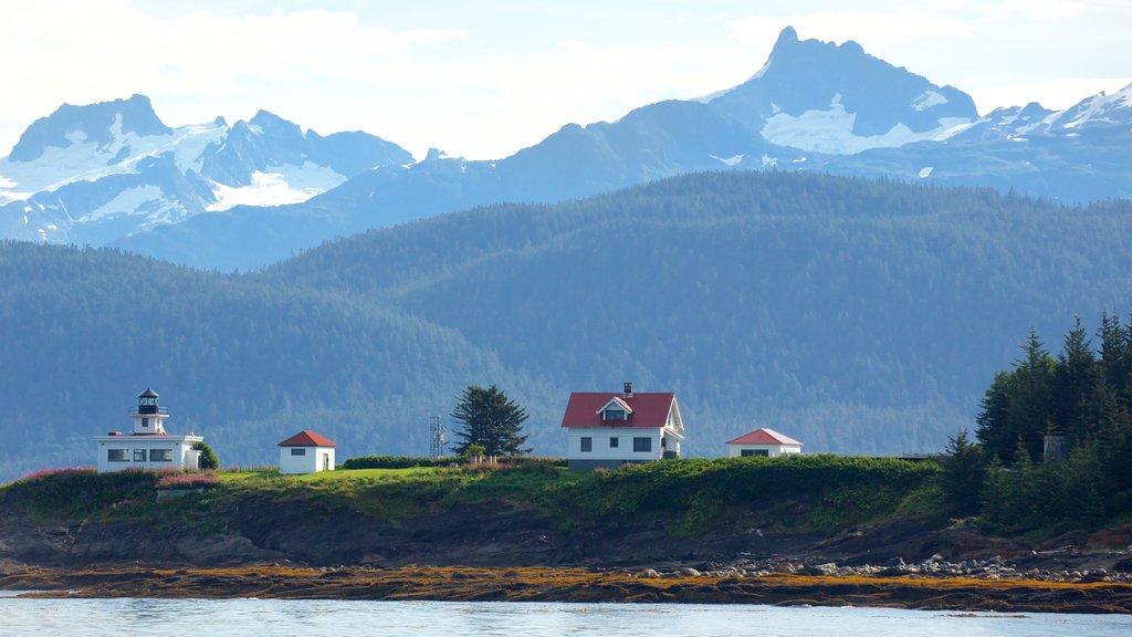 Juneau ofreciendo montañas, una bahía o puerto y un faro
