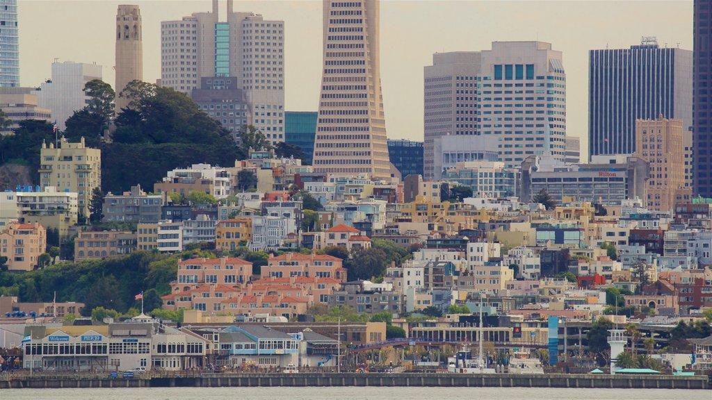 Isla de Alcatraz que incluye vistas de paisajes, una ciudad y un rascacielos