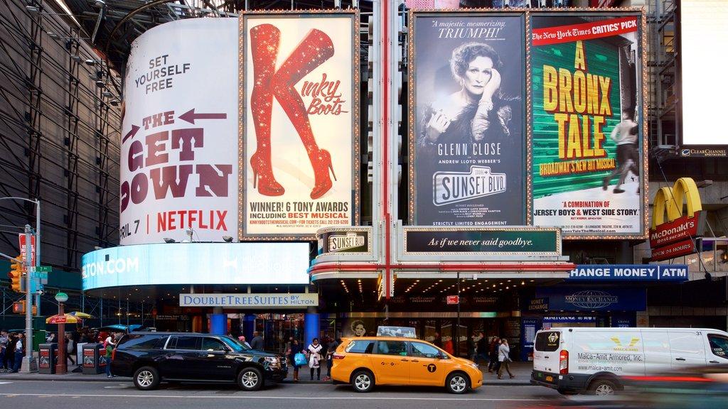 Times Square que inclui uma cidade, sinalização e distrito comercial central