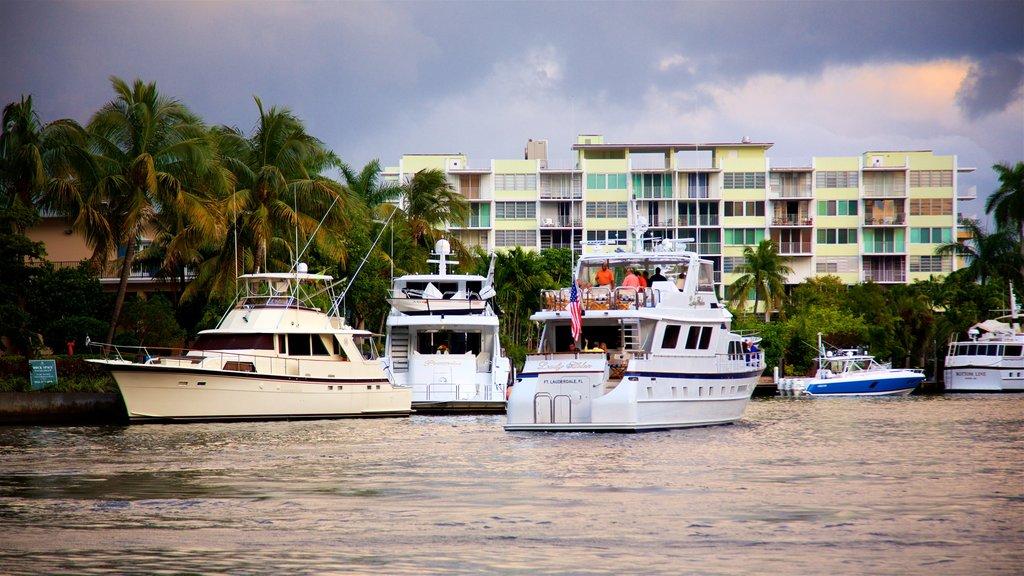 Riverwalk ofreciendo una bahía o puerto y paseos en lancha