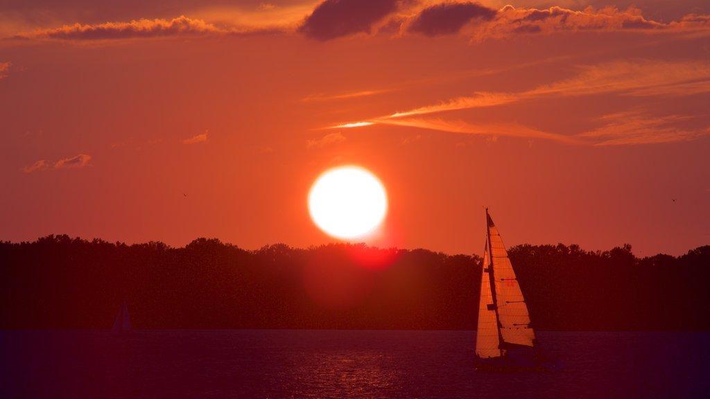 Erie mostrando un río o arroyo, paseos en lancha y una puesta de sol