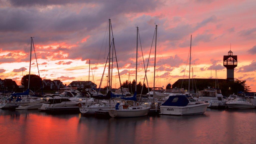 Erie mostrando una bahía o puerto y una puesta de sol