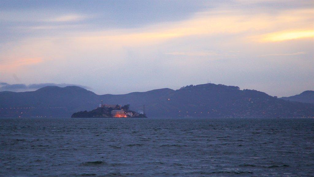 Isla Treasure mostrando imágenes de una isla y una puesta de sol