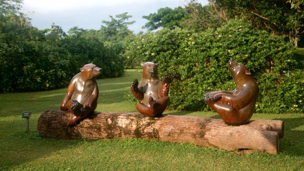 Na Aina Kai Botanical Gardens featuring outdoor art and a garden