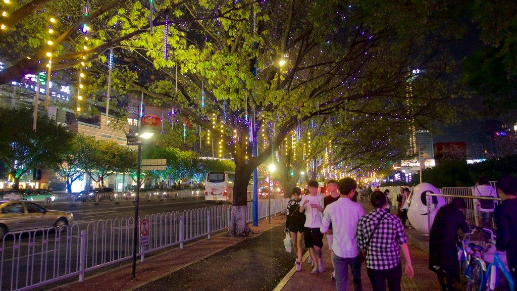 Tianhe mostrando escenas nocturnas y una ciudad y también un pequeño grupo de personas