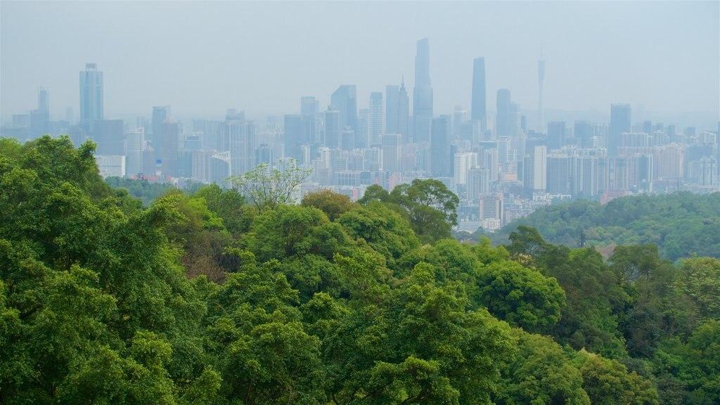 Montes de las Nubes Blancas que incluye una ciudad, vistas de paisajes y escenas tranquilas