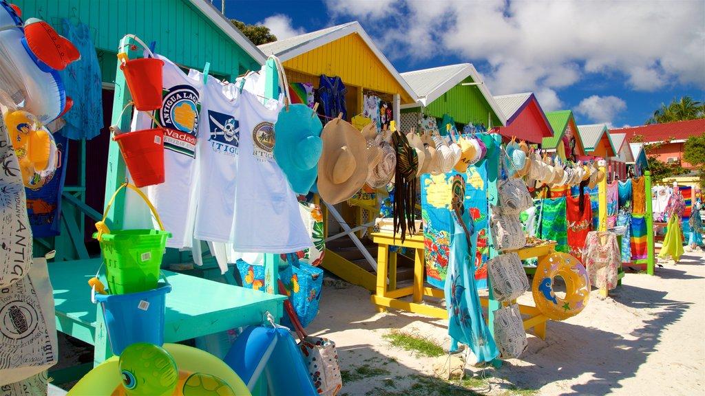 Long Bay mostrando una playa de arena y mercados