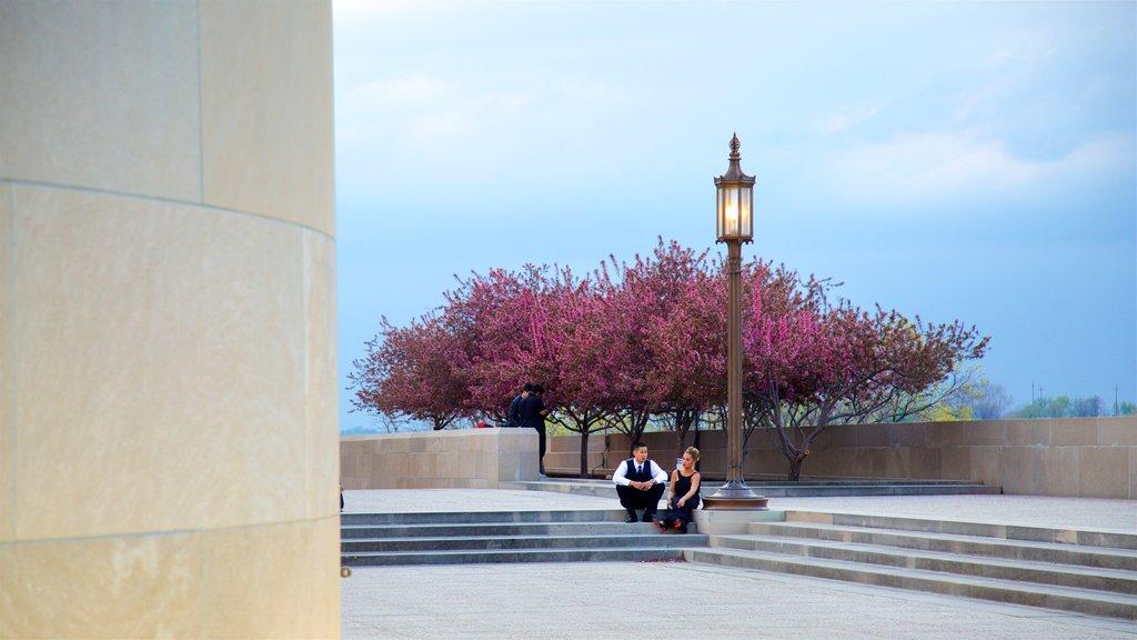 Liberty Memorial ofreciendo flores silvestres y también una pareja