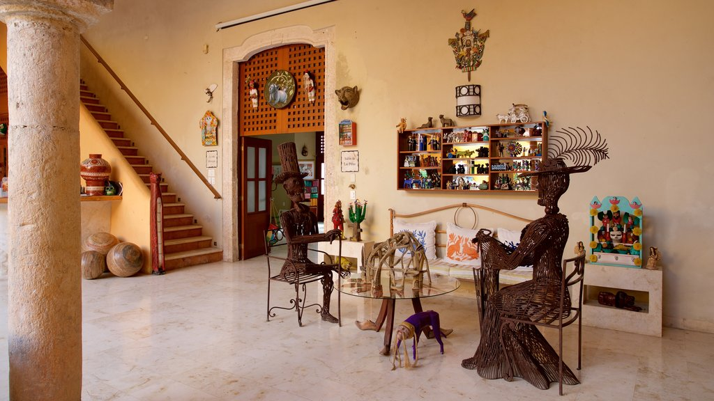 Casa de los Venados showing art and interior views