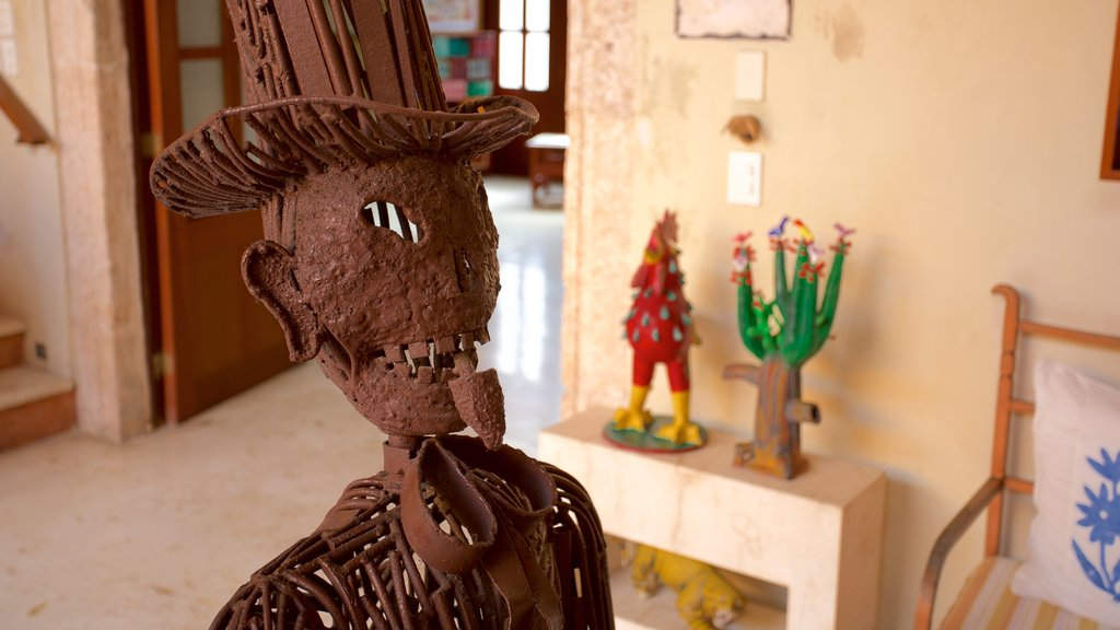 Casa de los Venados showing art and interior views