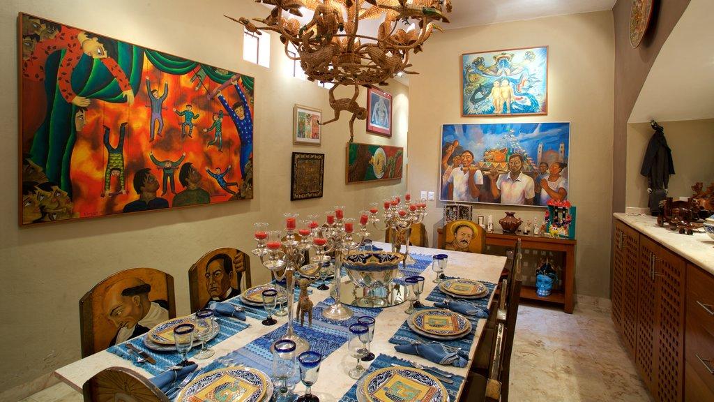 Casa de los Venados mostrando una casa, arte y vistas interiores