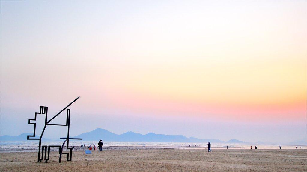 Playa de Dadaepo que incluye arte al aire libre, una playa y una puesta de sol