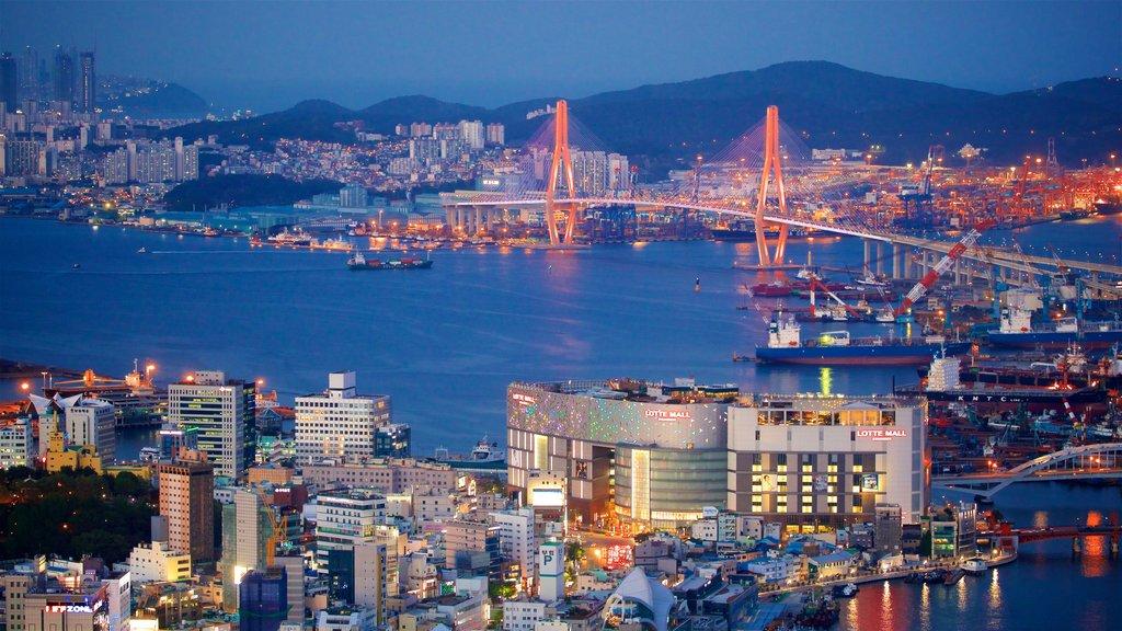 Busan que incluye vistas de paisajes, escenas nocturnas y un puente